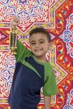 Le den unga pojken med Ramadan Lantern Royaltyfri Foto