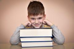 Le den unga pojken och böcker royaltyfria bilder