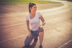 Le den unga sportkvinnan royaltyfri bild