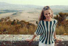 Le den unga turist- kvinnan framme av landskap av Tuscany arkivfoton