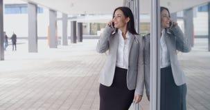 Le den ursnygga kvinnan på telefonen utanför kontor royaltyfri foto