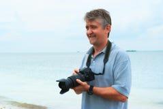 Le den utomhus- fotografen för lycklig man med kameran Arkivbild