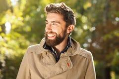 Le den utomhus- stiliga unga mannen royaltyfri bild