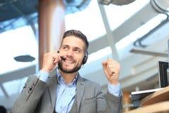 Le den vänliga stiliga unga manliga call centeroperatören arkivbild