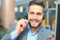 Le den vänliga stiliga unga manliga call centeroperatören royaltyfri fotografi