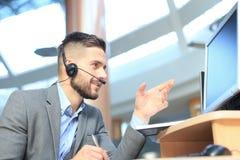 Le den v?nliga stiliga unga manliga call centeroperat?ren royaltyfri fotografi