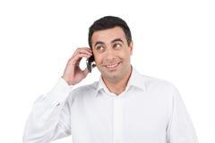 Le den vuxna indiska mannen som talar vid telefonen. Arkivbilder