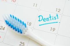 Le dentiste de mots écrit sur un calendrier image libre de droits