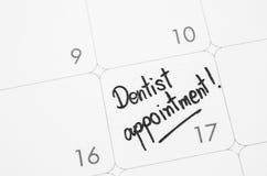 Le dentiste de mots écrit sur un calendrier photographie stock