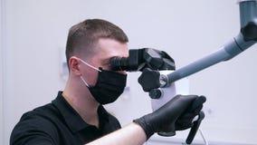 Le dentiste fait la chirurgie avec l'équipement spécial banque de vidéos