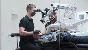 Le dentiste fait la chirurgie sur l'équipement technologique banque de vidéos