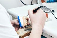 Le dentiste ou l'orthodontiste fait une empreinte en céramique de la mâchoire photographie stock libre de droits