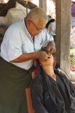 Le dentiste soigne le patient images stock