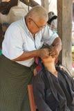 Le dentiste soigne le patient images libres de droits