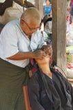 Le dentiste soigne le patient photos stock