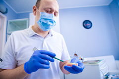 Le dentiste traite des dents Photo stock