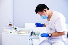 Le dentiste traite des dents Photo stock