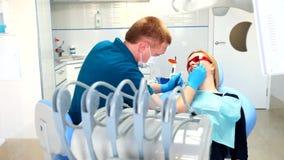 Le dentiste traite des dents banque de vidéos