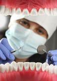 Le dentiste traite des dents, vue intérieure de bouche Orientation molle Photo libre de droits