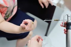 Le dermatologue enlève la verrue sur le doigt patient du ` s photos libres de droits