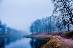 Le dernier jour du brouillard fort d'automne en 2014 images stock