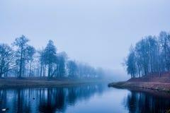 Le dernier jour du brouillard fort d'automne en 2014 Photos libres de droits