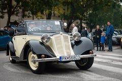 Le dernier ravitaillement - véhicules de vétéran se réunissant, Pezinok, Slovaquie Photographie stock libre de droits