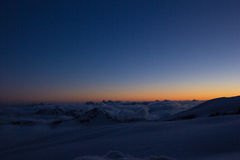 Le dernier soleil rayonne avant le coucher du soleil en montagnes caucasiennes photos libres de droits