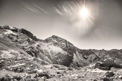 Le dernier soleil sur le dessus de la montagne Photo libre de droits