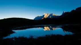 Le dernier soleil sur les montagnes de chaux qui sont reflétées dans une piscine images libres de droits