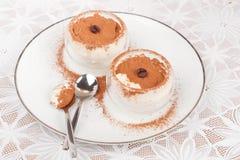 Le dessert avec la crème fouettée a décoré le cacao Photographie stock