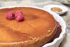Le dessert crémeux de Flan a servi avec les framboises et le dulce de leche image libre de droits