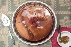 Le dessert crémeux de Flan a servi avec les framboises et le dulce de leche photographie stock libre de droits