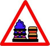 Le dessert de biscuits, de crème, doux et beau de macaron avertissant le panneau routier triangulaire de cercle solated sur le fo Photos stock