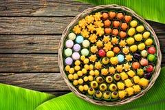 Le dessert de la Thaïlande a arrangé dans un panier en osier sur le plancher en bois Images libres de droits