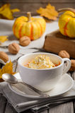 Le dessert de potiron dans une tasse a préparé dans la micro-onde Photos libres de droits
