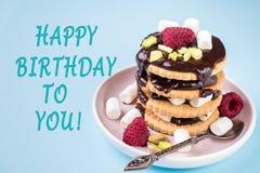 Le dessert doux d'anniversaire, d'A d'inscription joyeux d'une framboise de biscuit de chocolat et guimauve Photographie stock