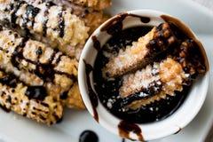 Le dessert espagnol Churros avec la crème au chocolat/a fait la pâte cuire au four douce Image stock