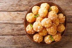 Le dessert français de souffles crèmes de Chouquettes est décoré de la perle s photographie stock