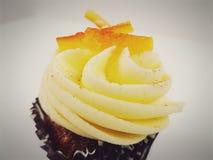 Le dessert romantique doux de valentines de petit pain délicieux d'amour décoré par petit gâteau célèbrent Photos libres de droits