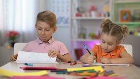 Le dessin d'apparence d'écolier à la soeur, amitié d'enfance, enfants de mêmes parents aiment, amusement banque de vidéos