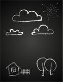Le dessin des enfants des nuages dans la craie Photos libres de droits