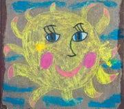 Le dessin des enfants du soleil avec la craie Photos stock