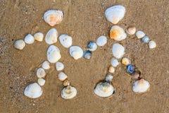 Le dessin sur le sable est couple dans l'amour images libres de droits