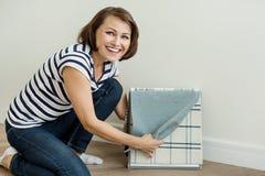 Le dessinateur d'intérieurs montre les échantillons de client de tissus pour des rideaux et des meubles de tapisserie d'ameubleme Images libres de droits
