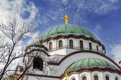 Le dessus de catedral chrétien de Sava de saint avec le ciel nuageux bleu photographie stock libre de droits