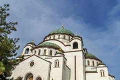 Le dessus de catedral chrétien de Sava de saint avec le ciel nuageux bleu Image libre de droits