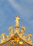 Le dessus de la basilique du repère de rue à Venise Images libres de droits