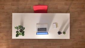 Le dessus de laps de temps a abattu, lieu de travail dans le bureau, serrant l'écran d'ordinateur portable, obtenant d'intérieur  clips vidéos