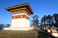 Le dessus de 108 stupas de chortens chez Dochula passent dessus la route de Thimphou à Punaka, Bhutan Photographie stock